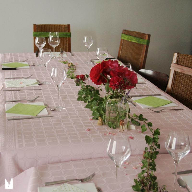 table décorée avec un chemin de lierre (naturel)