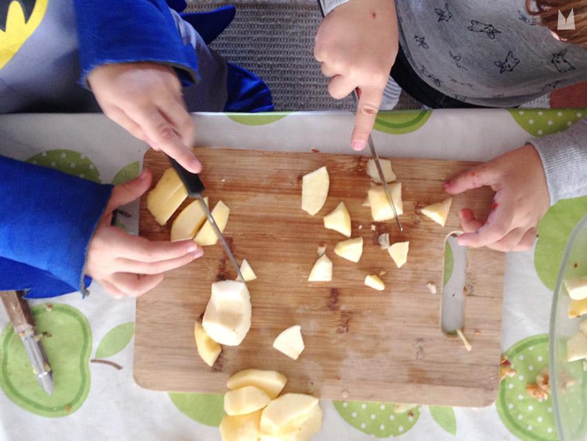 A deux, ça va plus vite ! — La Cocotte a un couteau à beurre (bout arrondi), et le Lapi'nous un couteau à bout pointu.